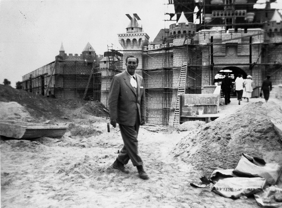 Уолт во время строительства Диснейленда